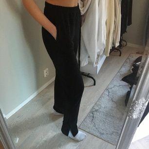 Svarta byxor med slits i sidan. Mjukt material, använda en gång, från Nelly.
