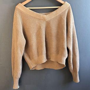 Säljer denna as mysiga beiga tröja som är perfekt nu till sommaren, tröjan är i storlek s. 💕💕