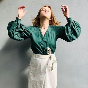 REMAKE_SECONDHAND_CUSTOM-MADE  Skjorta med puffig ärm  Strl ca M, fråga om exakt mått  Avhämtning i midsommarkransen eller frakt 63kr (spårbart)  //  Har du en skjorta du vill att jag gör om? Hojta, så fixar jag!
