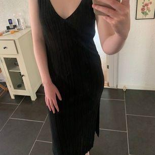 lyxig svart långklänning från gina tricot. inte kommit till användning eftersom jag inte trivs i klänningar så den är i väldigt bra skick. den är v-ringad både bak och fram. möts upp i malmö, annars står köparen för frakt 🦋