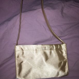 Liten väska i satäng från Calvin Klein. Köpt second hand