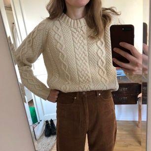Underbar tjock stickad tröja i 100% ull. Perfekt under svala sommarnätter! Jag är en storlek S och den sitter bra på mig. Köparen står för frakt.