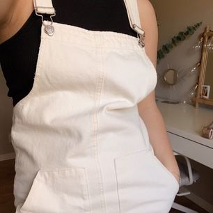Säljer nu min älskade jeans klänning som tyvärr blivit lite för liten, den är i väldigt fint skick då den bara använd några gånger förra sommaren. 🌞 💕köparen står för frakten💕