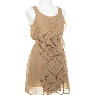 Super söt klänning med detaljer framtill och knyte baktill. Finns i storlek XS OCH S Oanvänd/Inplastad.