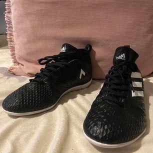 Adidas skor,storlek 38,OANVÄNDA,endast testade💓 super sköna skor.