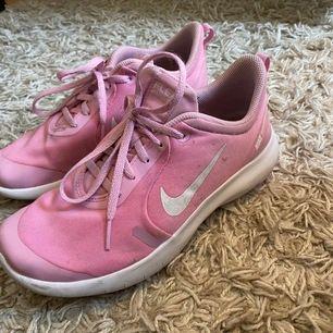 Säljer dessa fina rosa träningsskor från Nike, innesko. Göra rent innan det skickas! Väldigt bekväma & lätta! Säljs pga fel storlek. Nypris: 700kr, säljer för 115 inklusive frakt.