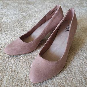 Säljer jättefina rosa klackskor. Den rosa färgen är lite gammelrosa. Passar perfekt till bröllop eller sommarfester. Skorna var något för stora för mig! Löparen står för frakten. Köptes från feetfirst!