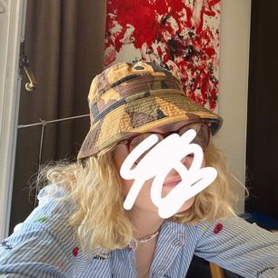 Skiiit cool buckethat!✌🏼😋 fett bra till sommaren i one size☀️☀️🌿 köpte den i en secondhand butik så vet inte vart den kommer ifrån! Men det är som ny💕Kan ses på söder eller TC😋