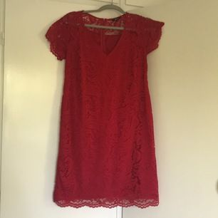Sjukt fin röd klänning med spets