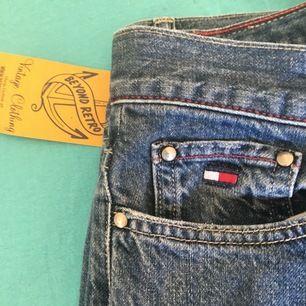 Tommy hilfiger jeans köpta på beyond retro strl 27 ish♻️ testade dom när jag kom hem och dom var fel strl och jag hade inte sparat kvitto🧾.