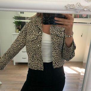 Jeans jacka från Gina Tricot i en croppad modell. Sitter supersnyggt på, säljer pga inte kommer till användning. Använd ett fåtal ggr så är i fint skick. Frakt tillkommer och är inte inräknat i priset.
