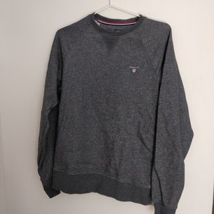 Grå sweatshirt från GANT. Storlek S. Sparsamt använd. Köparen står för frakten.