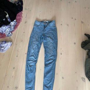 Blåa jeans från Ginatricot (Molly). Strl S. Bra skick. Kan skickas och har swich. Säljes billigt pga flytt. 50kr. Hör av dig vid fortsatt intresse!😍