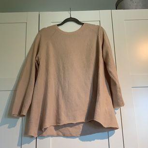 Fin tunn stickad tröja från laget 157. Använd en eller två gånger. Skulle säkert också bli fin croppad🥰