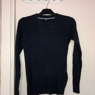 Säljer nu denna kabelstickade tröja då den ej kommer till användning längre. Köparen står för frakten
