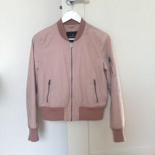 Säljer denna rosa bomberjackan från American Eagle Outfitters som köptes för ca 3 år sen i Dubai. Har dock i princip aldrig använt den därav så är skicket som nytt. Kan mötas upp i Gbg eller skickas (köparen står isåfall för frakt) 💝