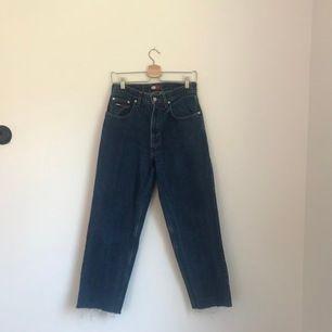 Vintage Tommy Hilfiger jeans, höga till mid-höga i midjan(slutar lixom under naveln men går lite högre över höften). Storleken som står i byxorna är 29/30 men har klippt av dom lite där nere. Riktigt fint skick och frakten ingår i priset🥰