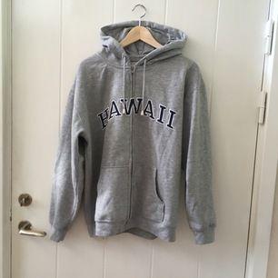 """Grå hoodie med texten """"Hawaii"""" ... även köpt i Hawaii.                                                 Skönaste tröjan!"""