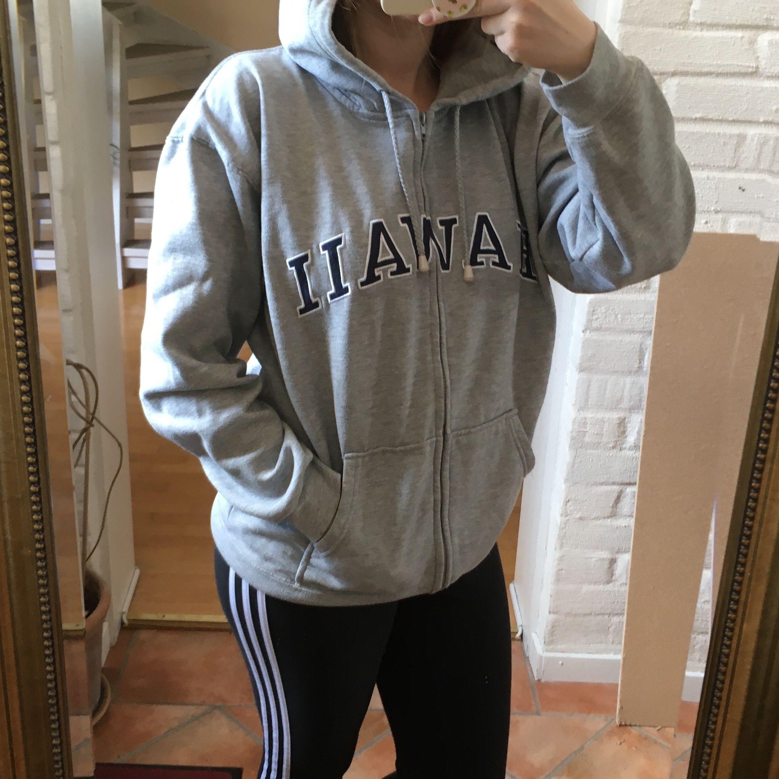 """Grå hoodie med texten """"Hawaii"""" ... även köpt i Hawaii.                                                 Skönaste tröjan! . Huvtröjor & Träningströjor."""