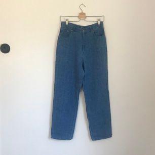 Äkta Ralph Lauren byxor, ser ut som jeans men är 100% linne. Så himla fina och bekväma. Höga i midjan och de i dem sår de att de är en storlek 8 vilket jag skulle säga är som 36 eller en liten 38. Vintage men i superfint skick .Frakten ingår i priset🥰