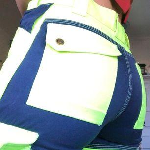 Snygga workerpants som tyvärr är för små för mig☹️☹️ Neon gula och blåa, kan användas som slit och slängbyxor eller till vardags🥰🥰 frakt kostar 40😋