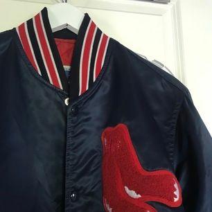 Vintage 80's Boston Red sox varsity jacket Pris: 449:- Skick: 8/10 general wear Strl: M Pris är diskuterbart, kom med bud  Trade är alltid intressant