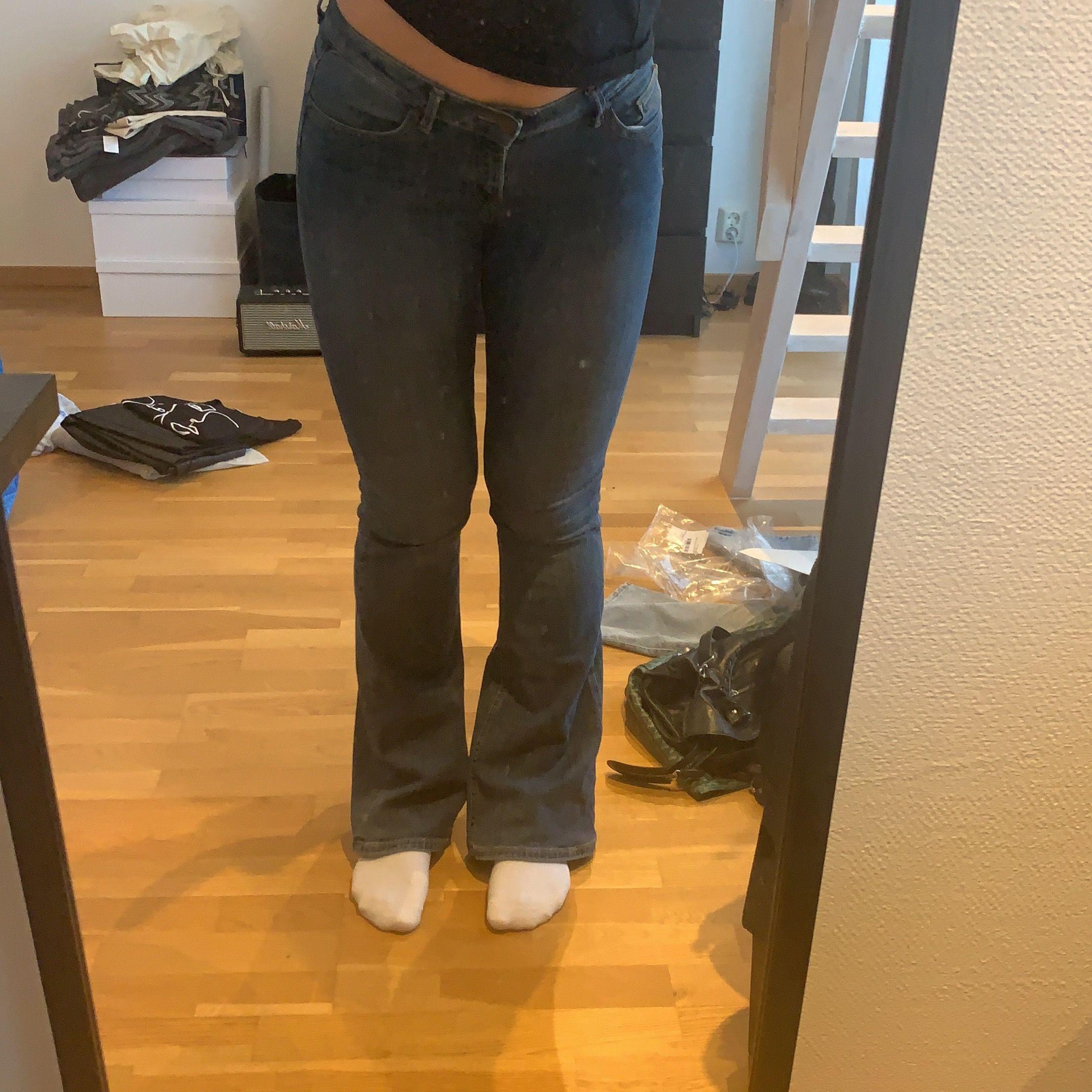 Bootcutjeans från Lindex, köpa i september 2017. Väl använda men i bra skick, förutom bak där de är lite slitna pga de nuddar marken för mig (bild 3). Längden är perfekt för mig som är 170 cm lång. Köparen betalar frakt 59 kr.. Jeans & Byxor.