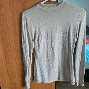 Säljer denna långärmade tröjan från Nelly i storlek s för 100kr, använd några gånger och frakt tillkommer!
