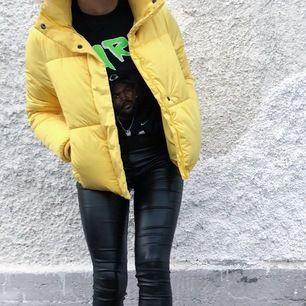 """Fin puffer jacket som är oanvänd! I populära """"North face modellen"""" utan luva och en riktigt fet färgklick att ha i sin garderob✨ nypris 399:- mitt pris 150:- plus frakt på 100 :-"""