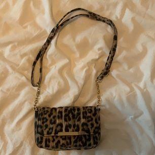Väska i leopard mönster perfekt till fest eller om man ska till stan