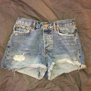 Supersnygga highwaist jeansshorts som är i bra skick. Har blivit för små och används därför inte!