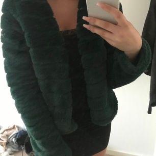 Grön pälsjacka från Gina, superfint skick.