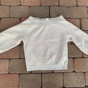 Offshoulder mysig tjocktröja eller sweatshirt den är varm att ha en sommarkväll! Mysig insida och muddar! St S