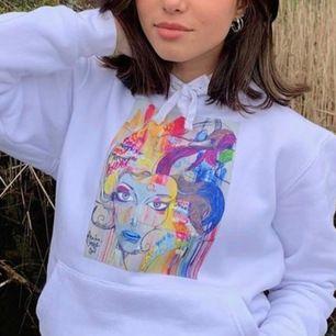 Jätte fin hoodie som jag tyvärr tröttnat på, skriv vad du betalar för den så säger ja ja eller nej. Om många vill ha så blir det budgivning🥰