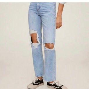 As snygga jeans från mango, storlek 38 men passar mer S😍 helt slutsålda, org pris: 600 kr🙌🏼 BUDA från 500