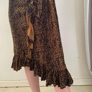 Omlott kjol som är så fin! Är i storlek S så den är lite för stor för mig (min midja är cirka 64 centimeter) men passar för personer med midja 68-79 cm då det är stretch i midjebandet. Man knyter den på sidan.   Hon på bilden är 165 cm lång)