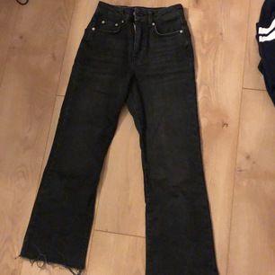 Ett par jeans köpta i vintras, knappt använda men säljer pga att de blivit för små för mig. Nypris 400kr. Frakt tillkommer!💞
