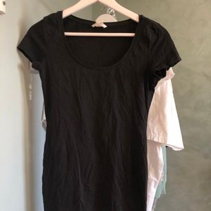Enkel, svart, t-shirt-klänning. Superbra basplagg i skönt bomullsmaterial. 💗frakten ingår i priset!💗