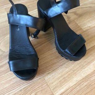 Sandaler med grov sula och hög klack. Sköna att gå i. Skulle dock säja att jag tror de passar bäst om man har ganska smala fötter. Jag har nog lite för breda tyvärr. Strl 37