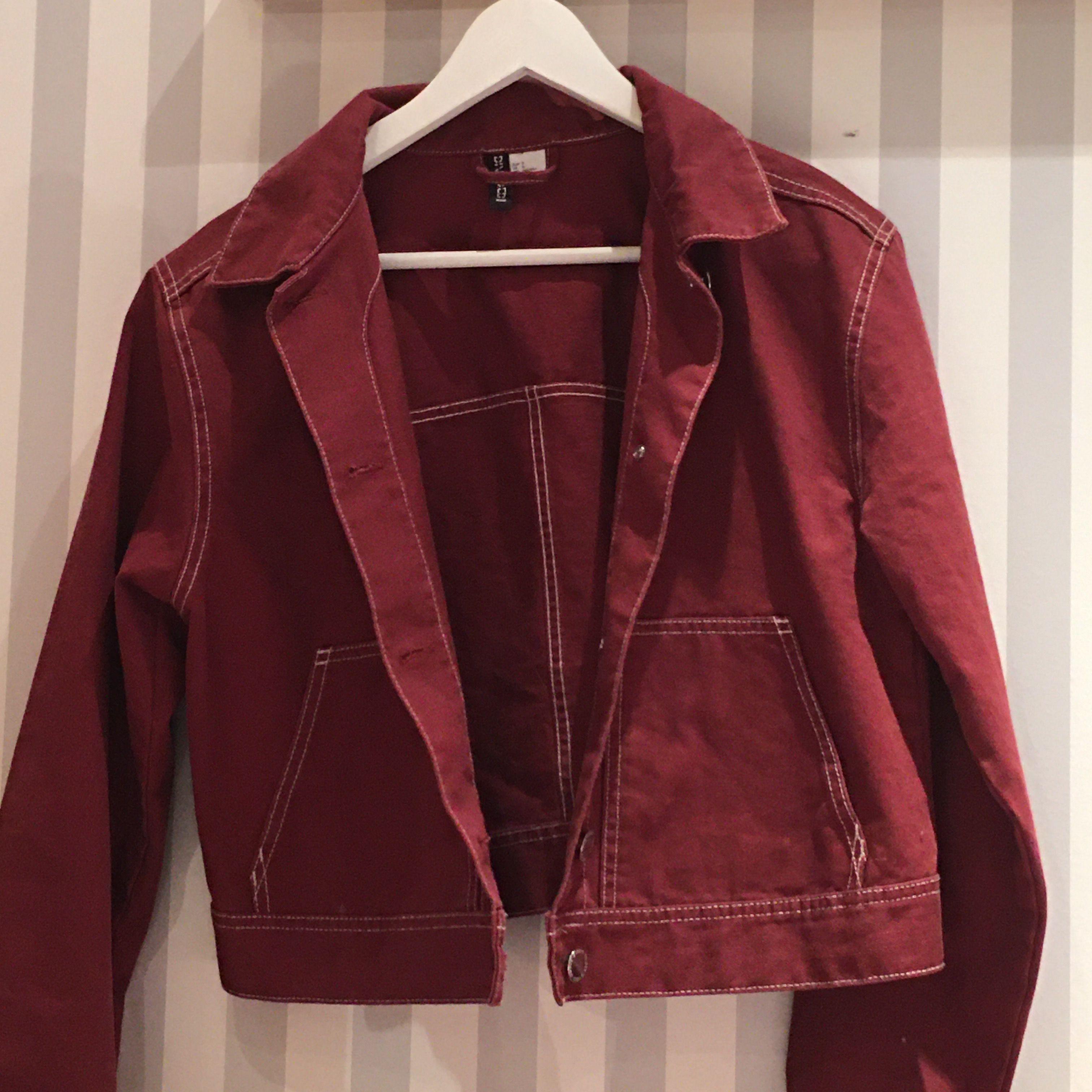 Säljer min supersnygga, croppade jeansjacka från H&M divided! Jättecool röd färg med vita sömmar. Inte använd mer än 5 gånger så i väldigt fint skick, endast några små repor på knapparna! Säljer den då den är lite för liten för mig! köpare står för frakt🥰. Jackor.
