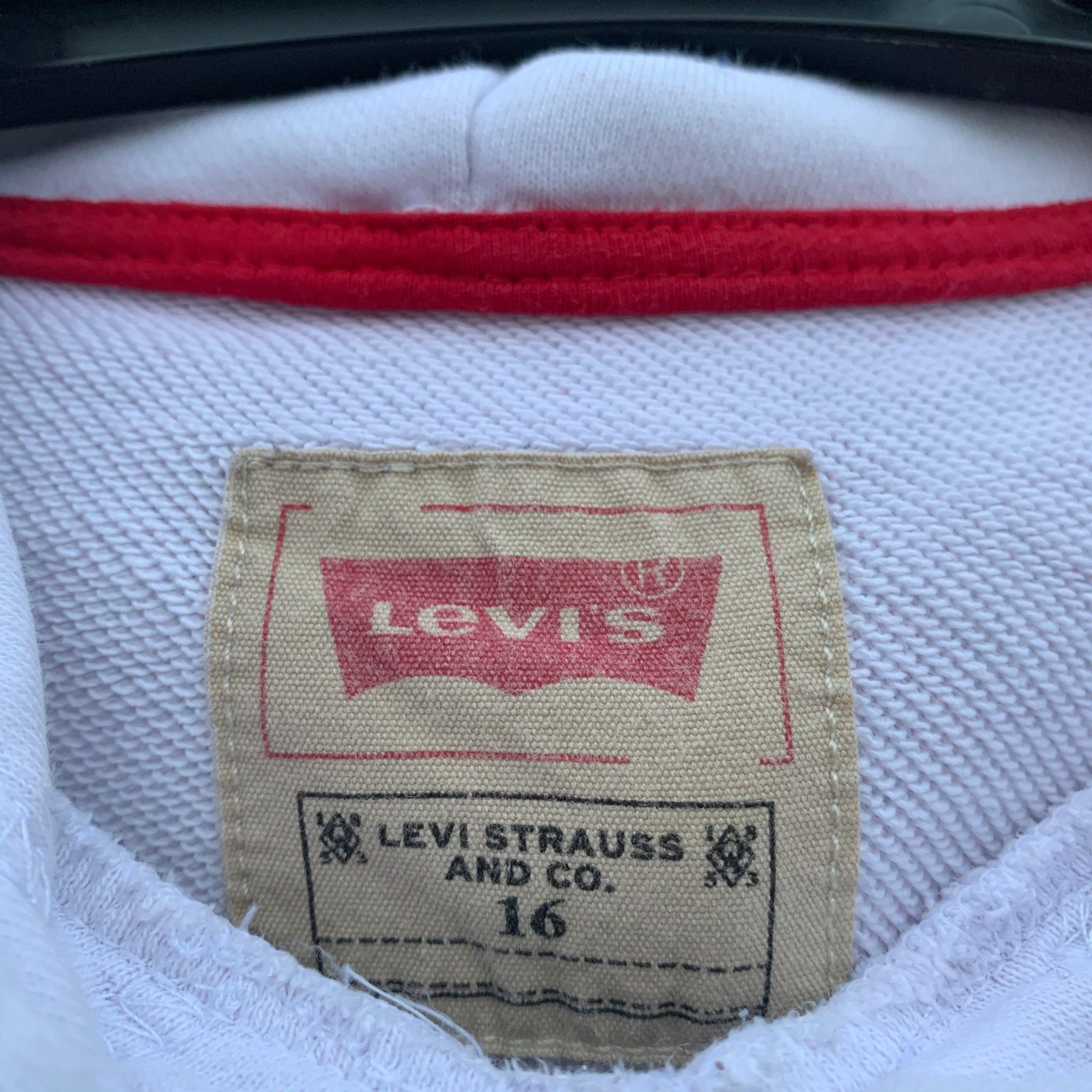 Lite urtvättad men syns knappt. Säljer pga för liten. Ett litet hål som knappt syns vid vänster hand. Annars är tröjan superfin. Köpt för 600kr men säljer för 300kr.. Huvtröjor & Träningströjor.