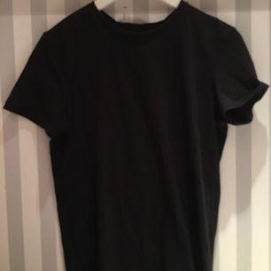 Vanlig, plain, svart t-shirt från Levi's i fint skick då den knappt är använd. Säljer den då den inte kommer till användning men väldigt snygg att matcha t.ex coola byxor eller annat till då den är så basic! köparen står för frakt 🥰