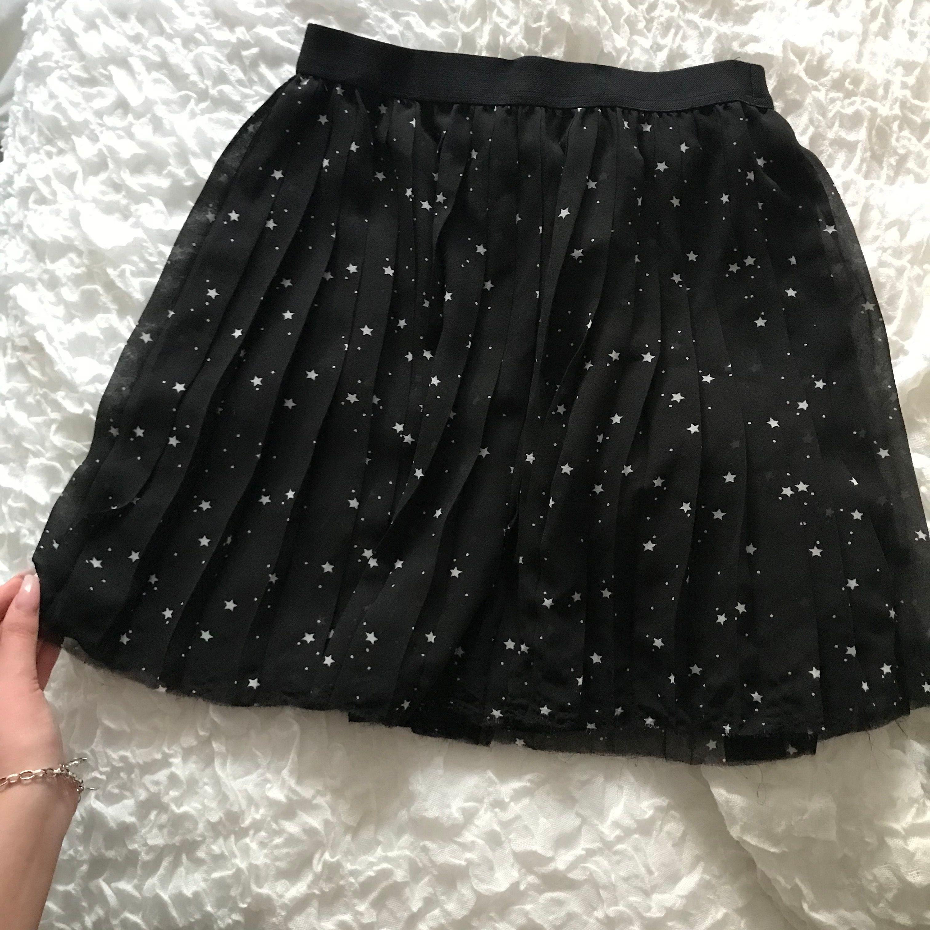 Svart kjol med små stjärnor på superfin, andvänd ca 2 gånger så i nyskick💖. Kjolar.
