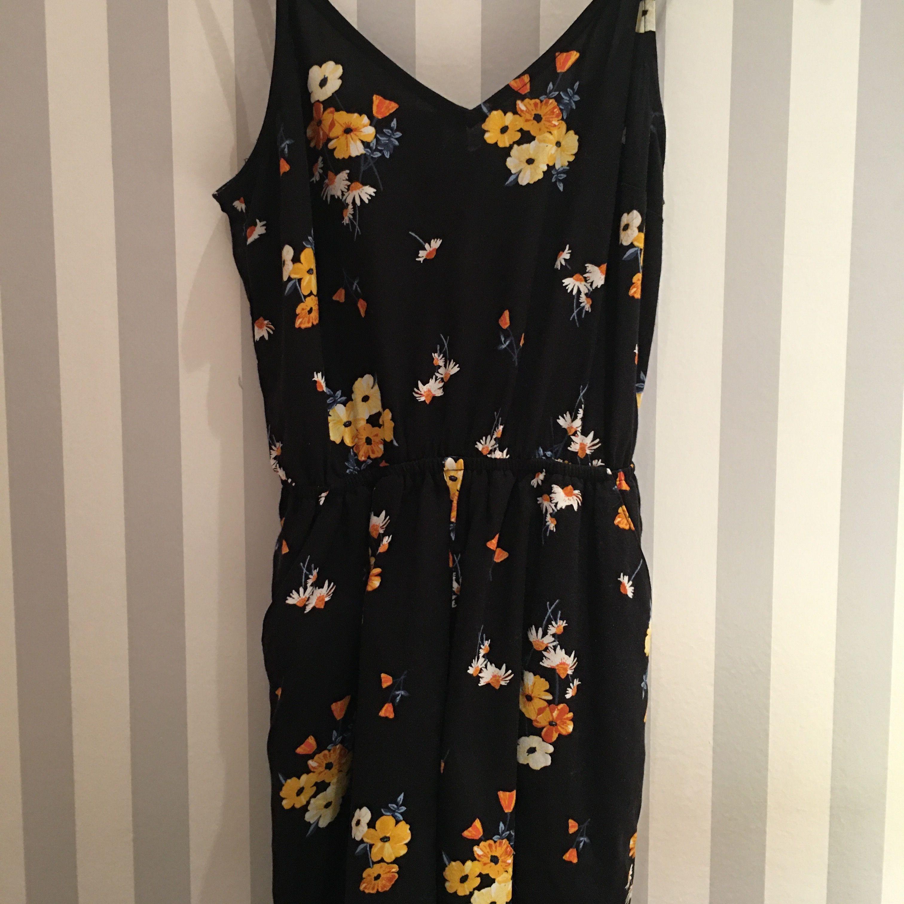 Jättesöt jumpsuit från H&M köpt 2019! Svart med fina blommor på. Använd 2 gånger då den är lite för kort för mig som är 170 cm lång. Väldigt fint skick! Köparen står för frakt 🥰. Klänningar.