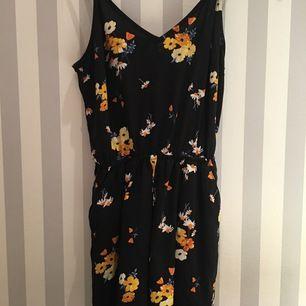 Jättesöt jumpsuit från H&M köpt 2019! Svart med fina blommor på. Använd 2 gånger då den är lite för kort för mig som är 170 cm lång. Väldigt fint skick! Köparen står för frakt 🥰