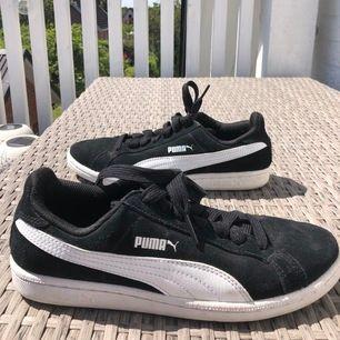 Basic Puma sneakers i svart suede (mockamaterial). Passar till allt, använda 2ggr. Köpta i Köpenhamn. Frakt ingår😀