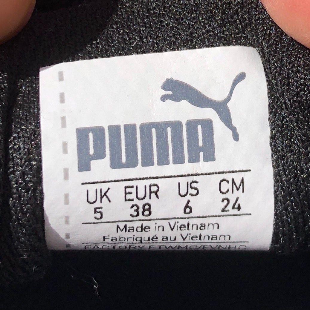 Basic Puma sneakers i svart suede (mockamaterial). Passar till allt, använda 2ggr. Köpta i Köpenhamn. Frakt ingår😀. Skor.