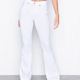 Vita bootcut jeans från dr denim, modellen macy tror jag. Använda men bra skick, köpare står för frakt❤️