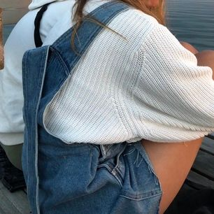 Skit snygg hängselklänning från Monik. Säljer pga av att den inte passar min stil. 💜🌸 pris kan diskuteras ✨