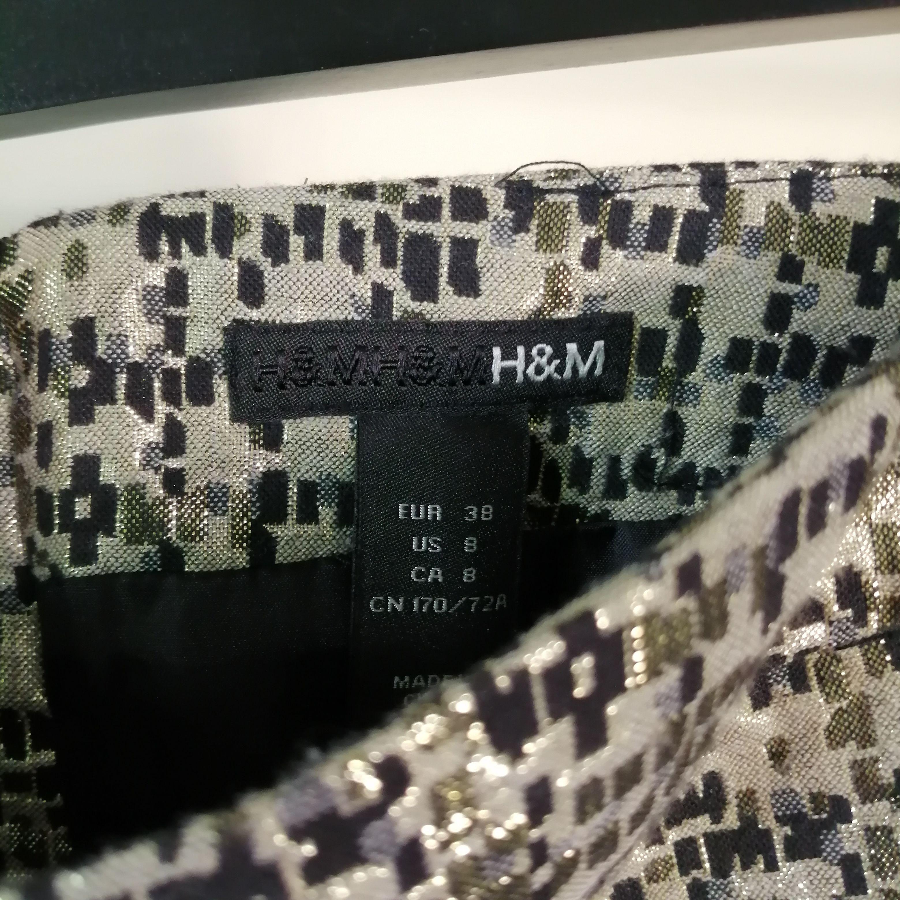 H&M mini kjol i guld och svart mönster. A-line, regular fit, medium high waist. Size 38. . Kjolar.
